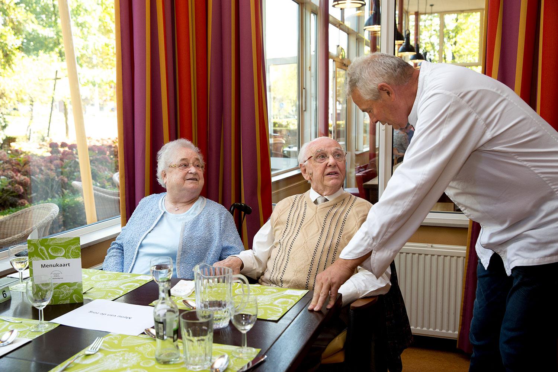 De jury informeert bij de gasten in de brasserie of het menu gesmaakt heeft