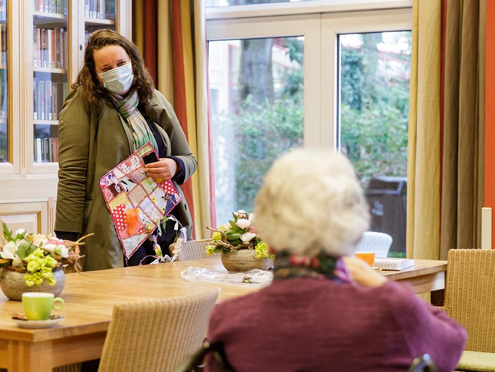 Ter ere van haar afscheid verrasten bewoners van Frankeland Deirdre Carasso met een lapjesvlieger